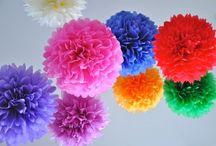 Pompoms / Pompoms zijn decoratieve papieren bollen om je bruiloft gezellig op te fleuren.