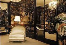 Klassieke woonstijl Inspiratie / Rijk, warm, royaal, glamourous en sexy. Kklassieke elementen in barok & boudoir-achtige vormgeving. Mooie kroonluchters en bling bling, of wat subtieler met zwartglanzende lampen en een diepgrijs velours. Klassieke stijl dwingt altijd een gevoel van rijkheid af.