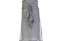 Tarantela / Tarantela je známá španělská značka, která se zaměřuje na dívčí oblečení s nádechem novoromantického stylu. Modely jsou jednoduché, ve střídmých a neutrálních odstínech a jsou vyrobeny vždy z prvotřídních materiálů: bavlna, italská vlna, ozdoby jsou z hedvábí. Modely jsou pro dívky od 0 do 14 let.