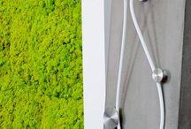 Verde Profilo / In un perimetro architettonico leggero, costituito da una sequenza di pareti di MOSSwall®, che creano una texture dal colore intenso, Verde Profilo presenta la sua interpretazione del verde verticale 100% naturale, senza manutenzione, in grado di ricreare ambienti eleganti, ricercati e relax