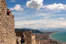 Salerno e dintorni / Ricca di storia e di forti tradizioni, la città di Salerno si affaccia sul golfo che ospita la meravigliosa Costiera Amalfitana, in Campania, apprezzata meta turistica del Sud Italia.
