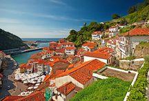 Asturias. / Asturias es un paraíso verde, abrupto y lleno de encanto situado a orillas del Cantábrico. Con montañas para parar un tren, playas de película, acantilados espectaculares, pueblos de montaña que parecen congelados en el tiempo, villas marineras llenas de color y muchísimos encantos, esta región de España enamora.