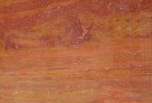 Travertinos / Uma das rochas ornamentais mais conhecidas do mundo, os Travertinos foram elaborados pela natureza com uma característica bem peculiar, a existência de poros e microporos abertos, criados através de milhões e milhões de anos pela passagem de águas. Presentes em monumentos do mundo, como o Coliseu de Roma, os Travertinos poder ser aplicados em ambientes internos e externos, em tampos, móveis e revestimentos de pisos e fachadas.