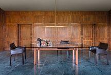 DOGE, design Carlo Scarpa / 1968年、シモンで最初に製作されたアイテムです。ヘアライン仕上げのスティールフレームとガラストップの間に、真鍮の天板受けが差し込まれているテーブル。歴史的意味や芸術的意味を欠いてマンネリ現象に陥った合理主義の厳格な限界を打ち破ることを目的として誕生した、シモンの「Ultrarazionale(超合理主義的)」コレクションの定義を明確に反映したアイテムです。