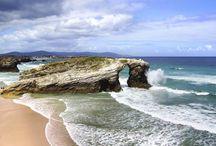 Destacadas  playas de España / Estas 10 playas reúnen, cada una a su manera, lo mejor de la costa española  En España hay playa para rato. Entre la Costa Dorada, la Costa Brava, la Costa del Sol, la Costa Atlántica, las Islas Canarias y las Baleares, es difícil decidir cuáles son las 10 mejores playas que tiene España.