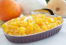 Kürbis / Seit einigen Jahren kommen Kürbis Rezepte mehr und mehr in den herbstlich, kulinarischen Mittelpunkt, denn die runde Frucht ist ein wahrer Alleskönner in der Küche. Mit seiner enormen Sortenvielfalt ist der Kürbis in der Küche vielseitig und leicht zu verarbeiten wie kaum ein anderes Gemüse. Ob als herzhafte Suppe, in der Pfanne oder auch in den verschiedensten Formen von Süßspeise.
