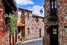 Portugal, Albufeira / Albufeira is de zuidelijkste provincie van Portugal, en ligt aan de Atlantische oceaan. Albufeira staat bekend om de fraaie stranden en levendige sfeer in de pitoreske dorpjes. Ook is het dichtbij huis, Albufeira is namelijk maar 3 uur vliegen. Door de prachtige deal die je bij www.jouwvakantiedeals.nl kan boeken, met een kwalitatief goed en prachtig appartement, hotel, of huisje wordt het gegarandeerd een top vakantie!