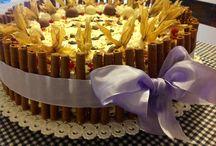 Torta speciale / Pandispagna alla vaniglia con crema chantilly al cioccolato, ribes e alchenchengi tuffati nel cioccolato bianco e cioccolato al latte...