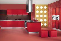 Scegli il colore rosso per una cucina che sa emozionarti! / Il colore e un elemento fondamentale anche in cucina: rispecchia la tua personalità, i tuoi sentimenti, le tue passioni. Noi ti proponiamo di osare con il colore più forte, quello del cuore...