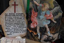 San Michele Arcangelo / Dittico in pietra dipinta a mano. Consacrazione a San Michele Arcangelo presso la parrocchia pontificia di San Tommaso da Villanova, Castel Gandolfo