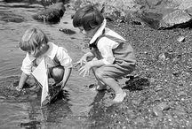 Παλιές φωτογραφίες παιδιών που παίζουν / Πώς περνούσαν τα παιδιά τον χρόνο τους πριν το internet μπει στη ζωή μας; Δείτε το συγκινητικό φωτογραφικό αφιέρωμα με παιδιά να παίζουν παιχνίδια του 19ου και του 20ού αιώνα.