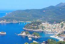 """ΑΠΕΙΡΟΣ ΓΗ / η άγνωστη κι υποβαθμισμένη Ήπειρος συνδυάζει στην απεραντοσύνη των αιώνων ολόκληρη την Ελλάδα.Ελάχιστοι γνωρίζουν ότι δεν είναι μόνο πανύψηλα βουνά και χιόνια, αλλά είναι και μαγευτικές παραλίες.Δεν είναι μόνο μεγάλα ποτάμια και παρθένα δάση με τρεχούμενα νερά, αλλά και παραδοσιακοί παραθαλάσσιοι """"νησιώτικοι"""" προορισμοί με πεντακάθαρα νερά.Δε βρίσκεται στη μέση του πουθενά να συνορεύει με τις Άλπεις και τα Ιμαλάια, αλλά στην άκρη του Απείρου κάλλους να τη γλύφει γαλαζοπράσινη θάλασσα."""