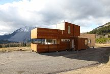 Acero Corten Y Madera / Casa prefabricada de ciento diez metros cuadrados, situada frente las montañas Frank Slide en Canadá.