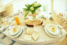 Dekoracja weselna stołów / Dekoracje ze świeżych kwiatów, strusie pióra, świece