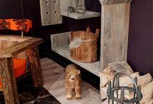 Mobilier de montagne / La table est arrivée dans nos foyers dès la fin du moyen-âge, aujourd'hui il existe tant de déclinaisons incroyables. Effectivement, on voit ici que tout est possible. Les Sculpteurs du Lac se sont inspirés de la luge en bois anciennement un moyen de transport appelé « ramasse » en Savoie en 1643 et prend place sur les premières pistes de luge de course aménagées dans les Alpes suisses au xixe siècle. La table-luge naît en 2001 dans l'atelier des Sculpteurs du lac.