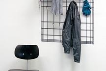 Garderobe Filament / Die Drahtgarderobe ist aus feinem Draht gebogen und wirkt wie eine Strichzeichnung an der Wand. Die filigrane und unregelmäßige Gitterstruktur hat integrierte Haken und eine modifizierte Hutablage, die Platz für Schals, Handschuhe oder den Regenschirme bietet.