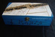 """CAJA """"INSTRUMENTOS MUSICALES"""". / Hace ya unos meses fue el cumpleaños de María. Sus amigas querían regalarle una caja personalizada para guardar sus pinturas. Como saben que le encanta la música, tenían clarísimo que el dibujo sería un clarinete que es el instrumento que ella toca. Luego averiguaron cuál era su color favorito y pensaron una dedicatoria muy especial. Hablaron conmigo y ya solo quedaba hacer el pirograbado del dibujo y pintar. A María y a sus amigas les gustó muchísimo."""
