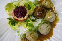 Sakiewka z wołowiny / 1 kg  wołowiny pieczeniowej 8 plasterków schabu o wadze 3  dag każdy 8 paseczków szynki konserwowej 8 paseczków wędzonego keslera ( schab wędzony naturalnym dymem ) 8 paseczków słoniny lub boczku 8 kapeluszy świeżych  grzybów – rydze, pieczarki, prawdziwki itp. lub grzybów suszonych gotowanych 30 dag cebuli Ostra musztarda, pieprz, sól, wegeta, słodka papryka 20 dag obranego ze skóry kiszonego ogórka