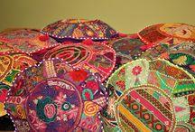 Kamalla's Kissenhüllen Maya Style / Maya Style farbenfrohe Kissenhüllen sind so vielseitig wie kaum ein anderes Wohn-Accessoires.  Sie sind dekorativ und sorgen für Gemütlichkeit aber auch für Abwechselung zu Hause.  Kamalla's Kissenhüllen zaubern der Frühling ins Haus und sorgen für Gute Laune und gemütliches Urlaubsfeeling. Auf Kamalla.ch warten unsere neue Kissenhüllen, entdeckt zu werden!