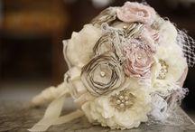 Ramos joya / Son lo último en ramos de novia. Se llaman #ramosjoya y se elaboran a mano, con flores de porcelana, tul, encaje, perlas e incluso piedras preciosas. Un ramo que podrás guardar de por vida.
