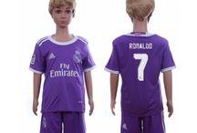 Billige Real Madrid trøje Børn / Billige Real Madrid trøje Børn på online butik. Real Madrid hjemmebanetrøje/udebanetrøje/målmandstrøje/trøje langærmet tilbud  med eget navn.