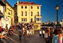 Gijón / Ciudad abierta al mar, con dos puertos deportivos y diez playas Situada a la orilla del Mar Cantábrico, Gijón es la principal ciudad de Asturias con más de 270.000 habitantes.