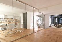 ALL WAYS / La parete ALL WAYS è l'ideale per dividere e organizzare gli ambienti. Con l'assemblaggio di un unico profilo in alluminio, posizionabile orizzontalmente e verticalmente, si ripartisce lo spazio domestico in zona giorno e notte, e quello lavorativo in aree operative, sale riunioni, uffici.