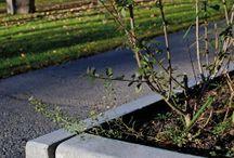 Gatekantstein / Kraftige kantstein som brukes rundt trafikkøyer og langs  fortau ved hardt belastede veier og gater. Kantstein bygger en sterk kant som holder det hele på plass samtidig som den skaper et skille. Sortimentet omfatter både rette og buede kantstein. Konkave steiner er bestillingsvare og 3 ukers leveringstid må påberegnes.  De stabile kantsteinene graves ned i bakken og forsterkes ytterligere gjennom å feste dem i betong. Dra gjerne opp motholdet litt på baksiden av kantsteinene for best resultat.