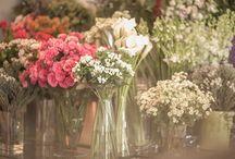 bodegones / con un poco de imaginación, flores, y objetos, podemos crear un rincón mágico para decorar un evento! y además, le podemos dar una función, como por ejemplo, indicar el sitting...