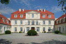 Godętowo - Pałac / Pałac w Godętowie wzniesiony w XVIII w. przez rodzinę  von Börnstedt. W kolejnych latach właściciele często się zmieniali. W 1829 roku Godętowo zakupił Friedrich von Somnitz.  Godętowo pozostało własnością rodu von Somnitz aż do 1945 roku. Podczas II wojny światowej dwór został zajęty przez Wehrmacht i stał się kwaterą sztabu wywiadu wojskowego - Abwehry. Po wojnie Pałac Godętowo przejął Skarb Państwa. Obecnie własność prywatna - hotel.