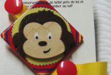 Attaches tétines / Les attaches tétines originaux d'Emybaby. Peintes entièrement à la main à l'aide de peinture acrylique non toxique et vernis avec un produit à l'eau et non toxique une fois sec. Les attaches à sucettes permettent de garder la sucette à porter de la main et la garde ainsi bien propre. Les enfants sont aussi capables de retrouver facilement leur sucette, et ce, sans pleurer pour vous la demander.  Peuvent également servir à tenir les petits jouets dans la poussette lors de vos promenades.