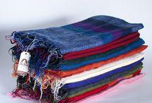 Pashminas y chales / De gran variedad de colores y de tacto suave, tenemos nuestros chal de lana. Que sirven tanto para echarse sobre los hombros en los días de frío, como alegre complemento, o para echarse por encima en el sofá o en el coche y sentir su abrigo.