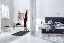 Nordic Bohem | JYSK Favourites / Nordisk design blandet med impulsive detaljer skaper en uformell og komfortabel stil på soverommet. Seng og garderobeskap dekker basisbehovene, og små, fleksible møbler gir rommet et personlig og koselig preg.