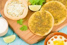 Λιβανέζικη πίτα με ζάαταρ και τυρί (manousheh) / Συνταγή για λιβανέζικη πίτα με ζάαταρ και τυρί (man'ousheh). Μια ιδιαίτερα νόστιμη, δημοφιλής ζύμη, που συνηθίζεται πολύ στην λιβανέζικη κουζίνα.