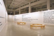 Liam Gillick / La palabra escrita es el componente principal de esta muestra, en la que las ideas y los conceptos se exponen en vinilo negro sobre pared blanca, utilizando la misma tipografía en todos ellos (helvética negrita).