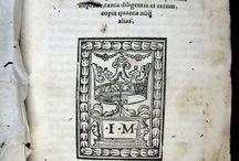 Lascaris, Constantino, 1434-ca. 1501. Institutiones uniuersae. Ferrariae : ... [CM-258] / Constantino Lascaris, erudit bizantí fugit de Constantinoble arran de la invasió turca, va establir-se a Messina després d'un periple per Grècia i la península italiana. Es va ocupar principalment de l'ensenyament del grec, matèria a què va dedicar la seva obra cabdal, la Gramática, que sota diversos noms va ser profusament impresa entre l'últim quart del segle XV i la primera meitat del XVI. El text va constituir, sens dubte, el model principal de gramàtica grega fins a finals del cinc-cents.