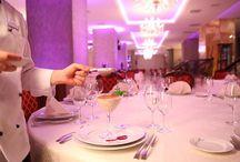 Restaurant Premier Palace / Cu un specific international, Restaurant Premier Palace are o capacitate de 220 persoane. Stilul restaurantului este art-nouveau cu vitralii ce reprezinta anotimpurile (copii ale artistului ceh Albert Mucha).