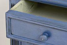 Annie Sloan blauwe kleuren / Alle blauwe kleuren die er zijn in het assortiment van de verf van Annie Sloan de uitvinder van Chalk Paint. De kleur blauw is één van de primaire kleuren van Annie Sloan, zoals we u uitleggen op de pagina kleuren mengen. De andere primaire kleuren van Annie Sloan zijn English Yellow en Emperor Silk.