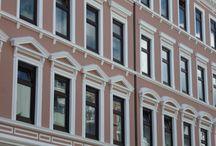Aussenarbeiten / Viel mehr als nur Fassade!  Die Optik unterstreicht den Stil und komplettiert das harmonische Gesamtbild Ihres Hauses. Zu unseren Leistungen im Außenbereich gehört die Durchführung jeglicher Maler und Gerüstbauarbeiten. Auf Wunsch erstellen wir Ihnen digitale Farbvorschläge Ihrer Fassade zur Anschauung.