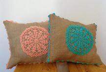almohadones de tela y crochet