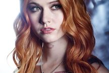 Shadowhunters S1 (2016) / On her 18th birthday Clary discovers that she's an angel-human hybrid who hunts demons. After her mother disappears, Clary must venture into the dark world of demon hunting, and embrace her new role among the Shadowhunters. Staring: Katherine McNamara, Dominic Sherwood,  Emeraude Toubia, Matthew Daddario, Alberto Rosende, Harry Shum Jr., Isaiah Mustafa, Jon Cor, Alan Van Sprang, Maxim Roy, David Castro...