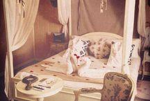 Romantic Rooms / L'un de nos thèmes de chambre : Romantique . Pour un séjour en amoureux pour un voyage hors du temps .