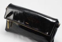 【CHARUER(シャルエ)】FB29259 / 装いに上品なスタイリッシュさを プラスするクラッチバッグ。 上品で艶やかな光沢を放つエナメル加工を施し、 大人だけに許されたラグジュアリーな雰囲気です。