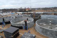 Budowa zakładu hodowli ryb egzotycznych / W Bońkach koło Płońska trwa budowa największego i najnowocześniejszego w Europie zakładu hodowli ryb egzotycznych w zamkniętym obiegu wody. W ramach realizacji oprócz baterii zbiorników powstaje zadaszona hala oraz budynek handlowy. Docelowa produkcja hodowli będzie sięgać 1300 ton ciepłolubnych ryb rocznie. Nasza firma dostarcza systemy deskowań do realizacji obiektu.