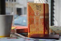 Desenhando nos Cadernos de autor. / Cadernos com ilustrações, estampas e encadernações feitas por artistas de diferentes países.