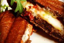 Bisztró ételeink / Megéheztél és kell valami finom laktató, ráadásul gyorsan? Akkor ugorj be hozzánk, és válassz szendvicseink, melegszendvicseink, pizzáink közül!