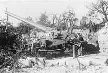 Tirs de canons depuis l'Aisne / Quatre pièces d'artillerie à longue portée sont installées dans l'Aisne. Trois d'entre elles ont pour objectif de bombarder Paris pendant le printemps et l'été 1918. Elles tirent à plus de 120 km de distance depuis les communes de Crépy, Bruyère-sur-Fère et Beaumont-en-Beine. La plateforme du canon de Coucy est toujours accessible et visible. Installé en 1915, le SKL/45 Lange Max Brummer tirait sur des villes ravitaillant le front comme Compiègne.