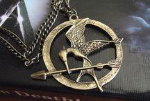 Hunger Games / Tutti gli articoli presenti in negozio ispirati alla saga di Suzanne Collins.