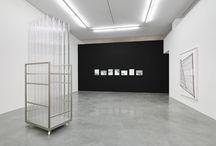 MINIMAL (Glossar) / Die sogenannte Minimal Art ist die erste originäre amerikanische Kunst, die Anfang der 1960er Jahren in New York in Erscheinung trat. Zu ihren Hauptvertretern zählen Carl Andre, Dan Flavin, Donald Judd, Sol LeWitt. Obwohl es sich keineswegs um eine geschlossene Künstlergruppe handelt, zeichnen sich ihre Werke formal und methodisch durch ein reduziert-geometrisches Formenvokabular,  [...] Mehr: http://kunstraum-alexander-buerkle.de/minimal/