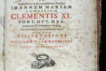 Dissertatio de generatione fungorum, ad ... Joannem Maria Lancisium ... / Marsigli va servir a l'armada de l'emperador Leopold I fins el 1704 i va escriure en múltiples temàtiques. Al 1712 va fundar l'Accademia delle Scienze dell'Instituto di Bologna i el 1722 va ser elegit membre de la RSL. En l'obra que presentem es descriu estudis dels fongs i parasitaris, molts il•lustrats al final en gravats calcogràfics.  La seva Dissertatio està dedicada al destacat físic italià Giovanni Maria Lancisi. El nostre ex. presenta el senyal identificador de la família Salvador.